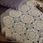 çiçek motifli krem rengi dantel yatak örtüsü modeli