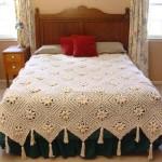çiçek motifli püsküllü dantel yatak örtüsü modeli