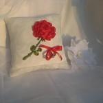 çeyizlik beyaz kırmızı güllü yastık modeli
