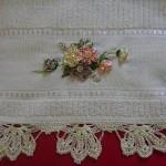 çiçekli dizayn kurdela nakışı havlu kenarları