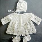 şapkalı patikli beyaz örgü kız bebek hırkası modeli