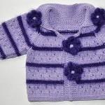 şiş ile örülmüş çizgili motif süslemeli kız bebek hırkası