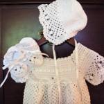 bebek beyaz elbise şapka ve patik modeli