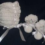 bebek kurdeleli beyaz şapka ve patik örnek