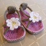 beyaz çiçekli terlik şeklinde bebek patik modeli