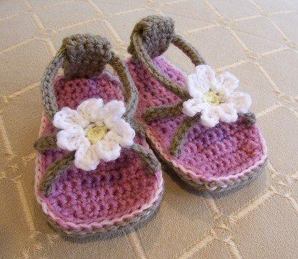 Bebek patik modelleri beyaz çiçekli terlik şeklinde bebek patik