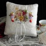 beyaz kurdele nakışı işili şık yastık dizaynı
