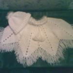 beyaz püsküllü şapkalı bebek pançosu modeli