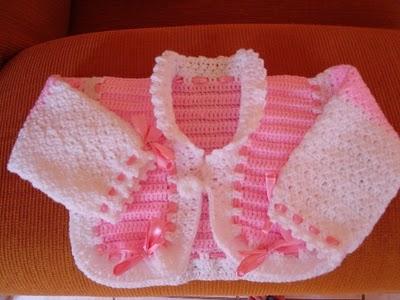 beyaz pembe kurdeleli örgü kız bebek hırkası modeli