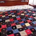 fiyonklarla süslenmiş kırkyama yatak örtüsü
