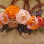 güllerle bezeli kurdele nakışlı havlu modelleri
