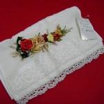 kırmızı çiçekli kurdela nakışı havlu modelleri