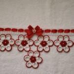 kırmızı beyaz çiçekli halkalı havlu kenarı