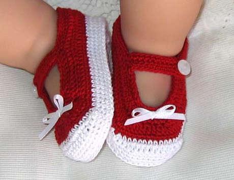 Örgü bebek patik modelleri kırmızı beyaz bebek patik modeli