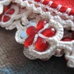kırmızı beyaz boncuk oyası örneği