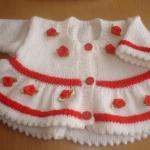 kırmızı güllü beyaz örgü kız bebek hırkası modeli