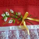 kırmızı havlu üzerine beyaz kurdele nakışı çiçek deseni