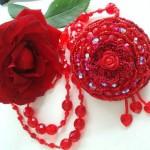 kırmızı merserize tığla örülmüş boncuklu kolye modeli
