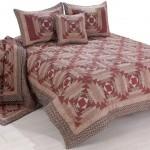 kahverengi üçgen detaylı kırkyama yatak örtüsü