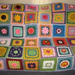 karışık çiçek motifli rengarenk örgü koltuk örtüsü modeli