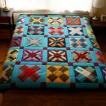kare kumaşlardan yapılan çiçekli kırkyama yatak örtüsü