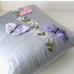 kelebek desenli kurdele nakışı yastık tasarımları