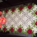 kenarları güllü kırmızı uzun dantel masa örtüsü modeli