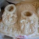 krem bebek şapka ve patik modeli