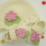 krem pembe çiçekli bebek şapka ve patiği