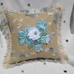 mavi çiçeklerle bezeli modern dekoratif yastık