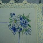 mavi çiçekli kanaviçe örtü örnekleri