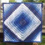 mavi beyaz lacivert kumaşlardan tuğla modeli kırkyama yatak örtüsü