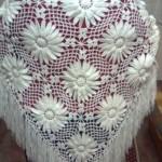 motif makinesiyle yapılan beyaz üçgen tığ işi şal