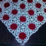 motif makinesiyle yapılan kırmızı beyaz üçgen şal