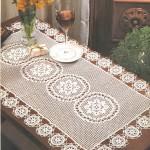 ortası ve kenarları çiçekli dantel masa örtüsü modeli