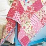 pembe çiçekli kırkyama yatak örtüsü