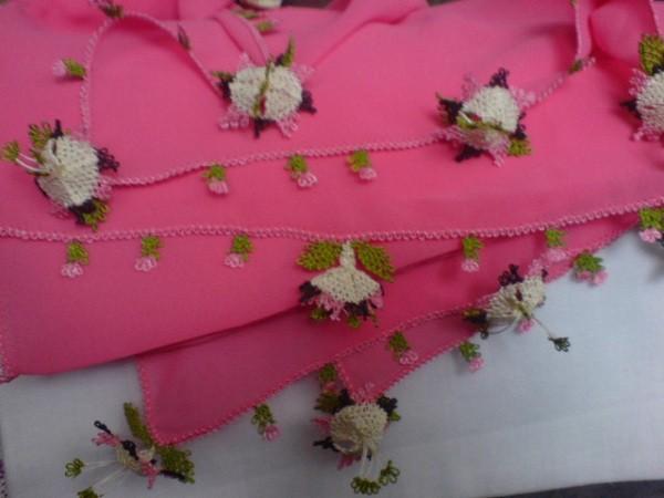 pembe beyaz şık çiçek örnekli başörtüsü oyası
