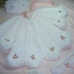 pembe güllü beyaz örgü bebek yeleği modeli