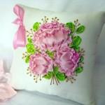 pembe güllü kurdele nakışı dekoratif yastık örneği