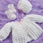 pembe kurdeleli beyaz patikli örgü kız bebek hırkası modeli