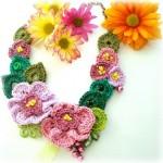 rengarenk çiçekli örgü kolye modelleri