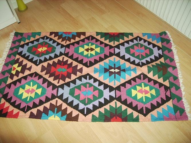 renkli geometrik desenli kilim modeli