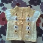 sarı beyaz örgü bebek yeleği modeli