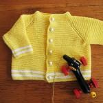 sarı beyaz düğmeli ceket şeklinde örgü kız bebek hırkası modeli