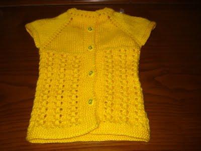 sarı renkli düğmeli örgü bebek yeleği modeli