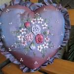 saten kalp şeklinde ipek kurdele ile işlenmiş yastık