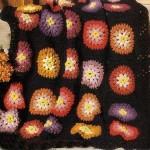 siyah renkli çiçek desenli örgü koltuk örtüsü modeli