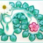 tığ ile örülmüş nil yeşili şık çiçekli kolye modeli