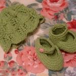 yeşil bebek şapkası ve patiği