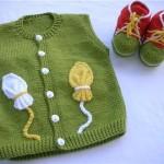 yeşil renkli patikli örgü bebek yeleği modeli